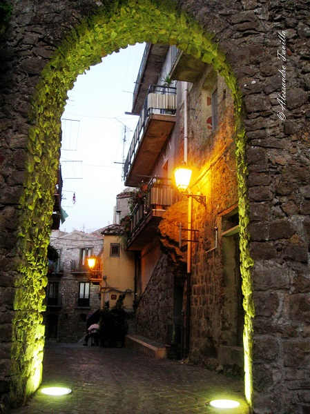 Pollina scorcio del borgo con porta ad arco