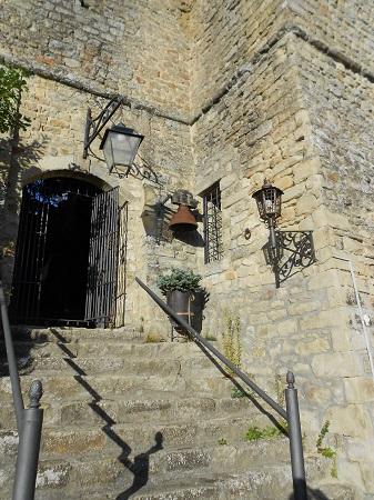 Il Castello di Oramala nell'Oltrepò Pavese porta