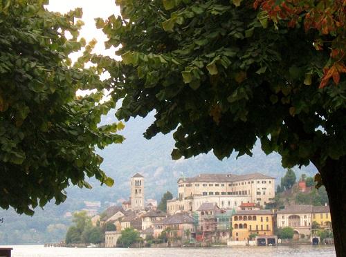 Isola di San Giulio vista da Piazza Motta di Orta San Giulio